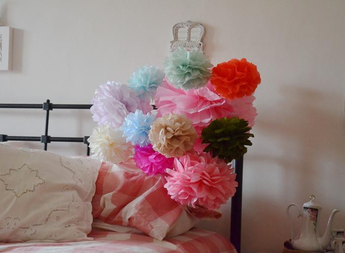 pompom de papel de seda na cama