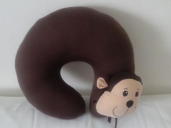 almofada artesanal de pescoço macaco