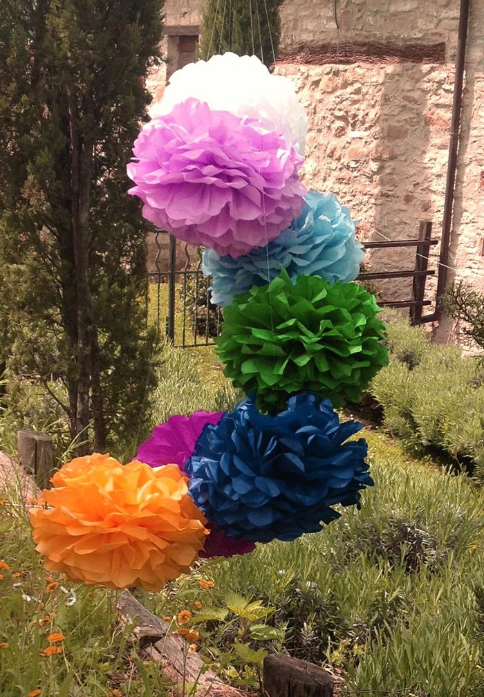 pompom de papel de seda no jardim