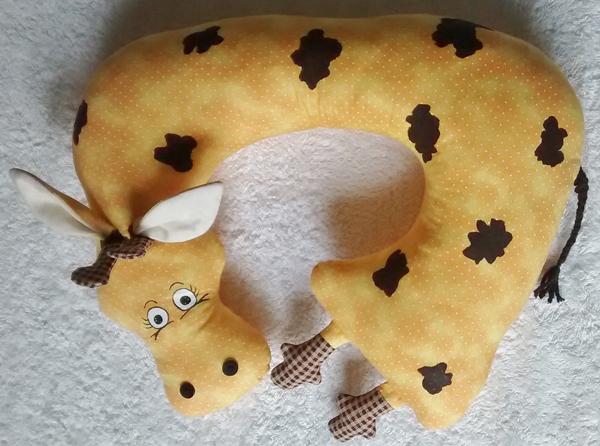 almofada artesanal de pescoço girafa