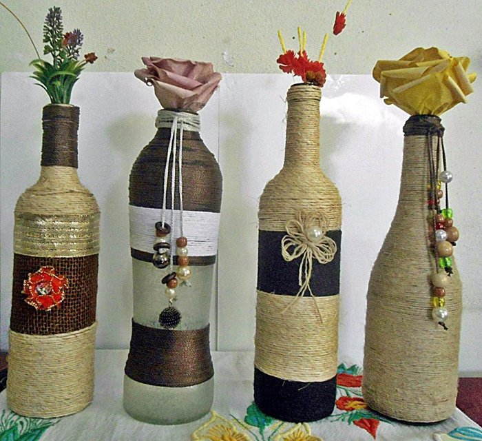 decoração de garrafa com barbante e enfeites