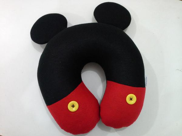 almofada artesanal de pescoço mickey
