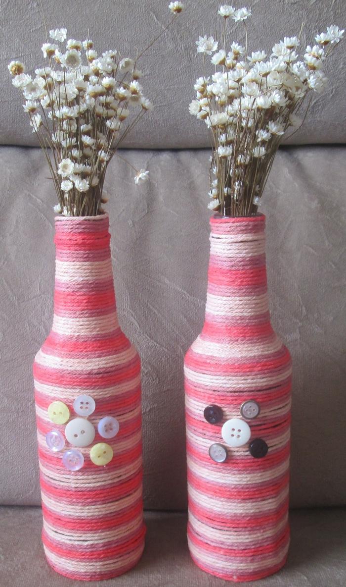 decoração de garrafa com barbante e botão
