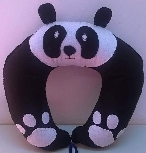almofada artesanal de pescoço panda