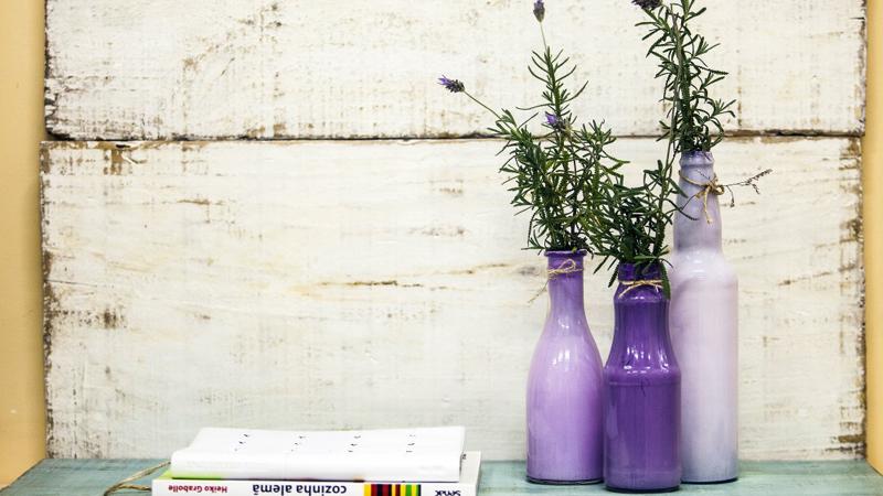 garrafa de vidro pintada roxa