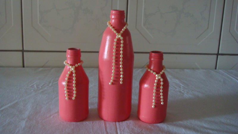 garrafa de vidro pintada rosa