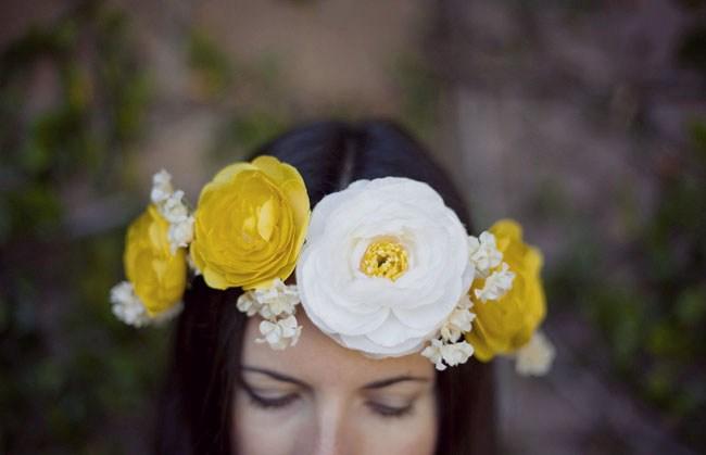 tiara com flor amarela