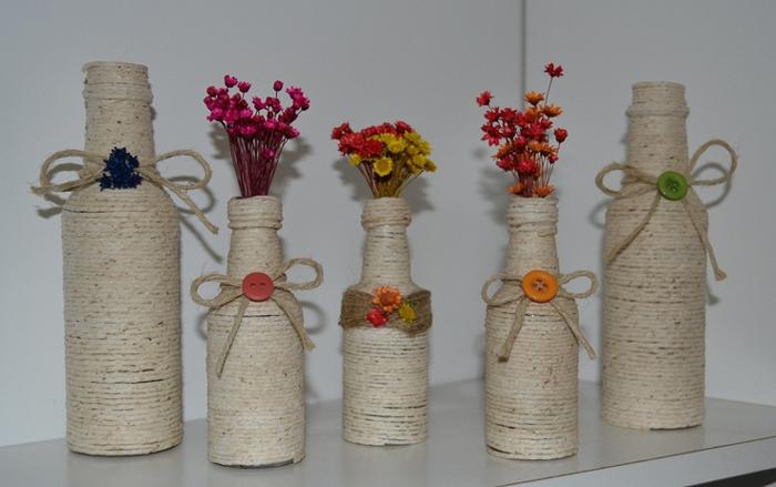 decoração de garrafa com barbante com flor