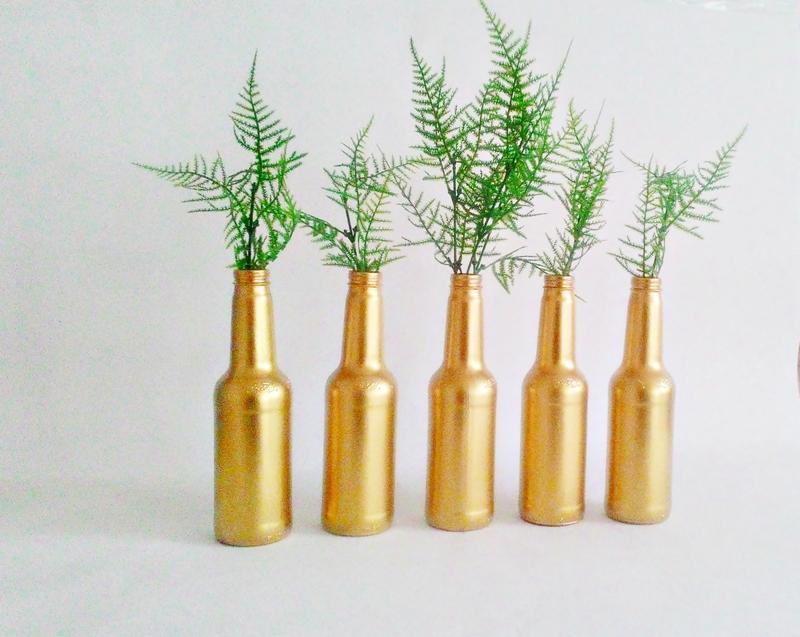 garrafa de vidro pintada dourada
