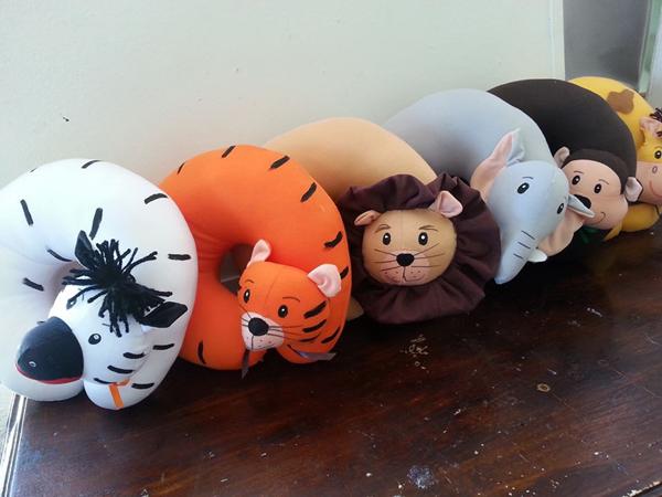 almofada artesanal de pescoço de animais