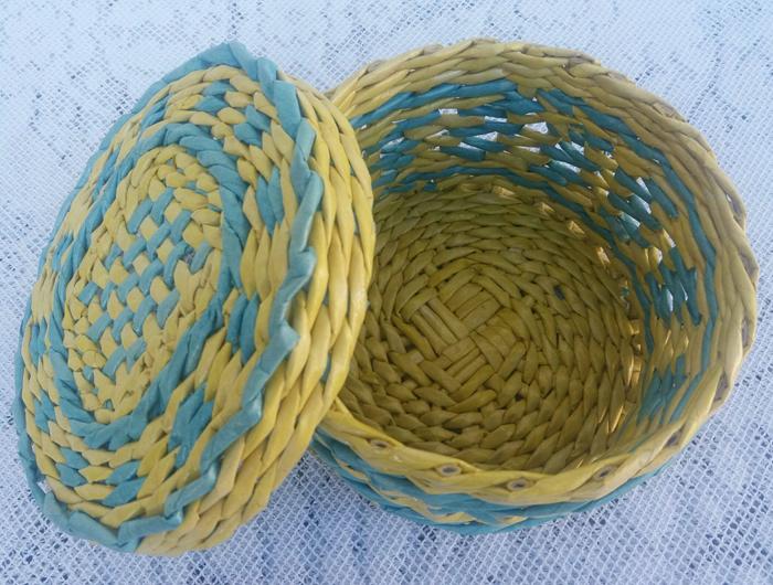cestaria de jornal amarela e azul