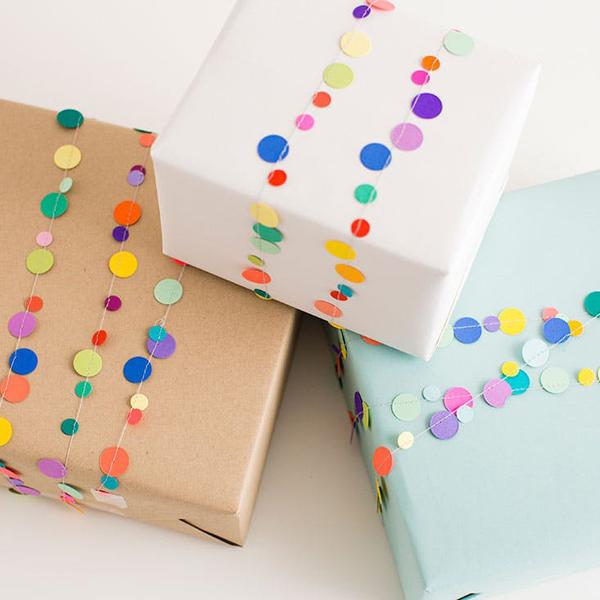 embalagem de presente com confetes