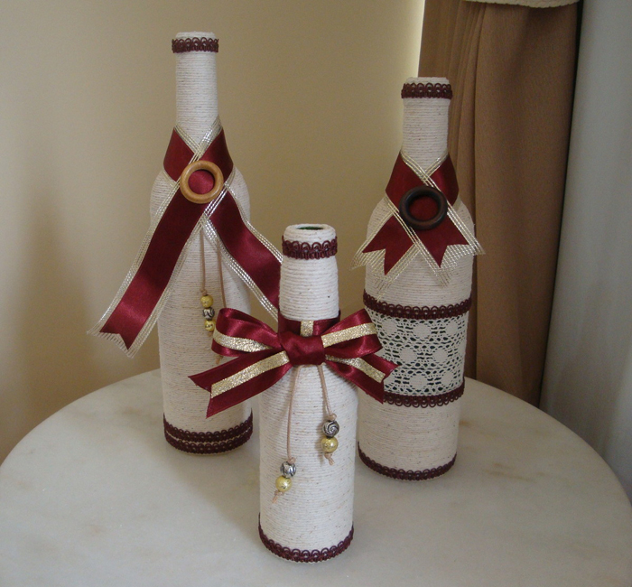 decoração de garrafa com barbante e laços grandes
