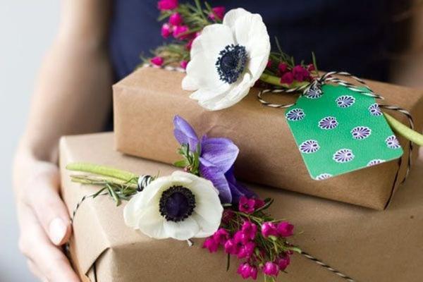 embalagem de presente com flores
