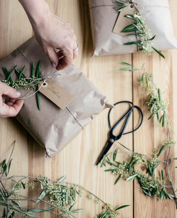 embalagem de presente com ramos