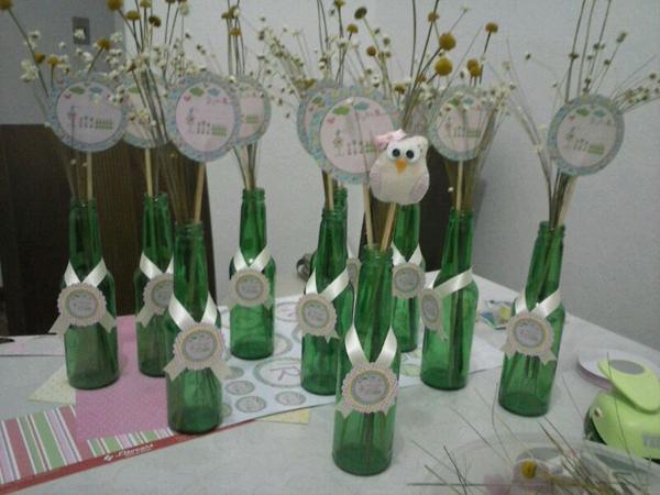 garrafa decorada na mesa