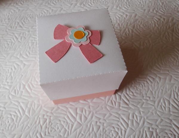 caixa de lembrancinha de papel com laço de papel