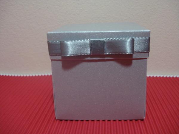 caixa de lembrancinha de papel com fita