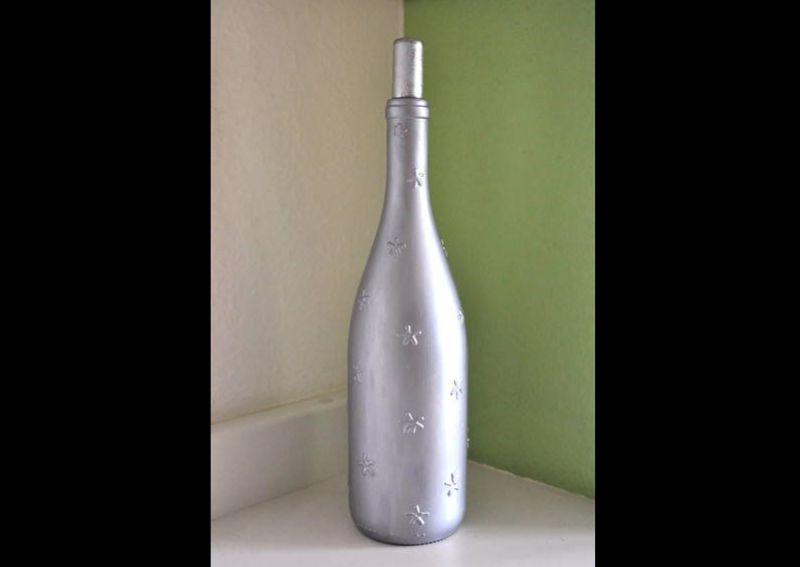 garrafa de vidro pintada prateada