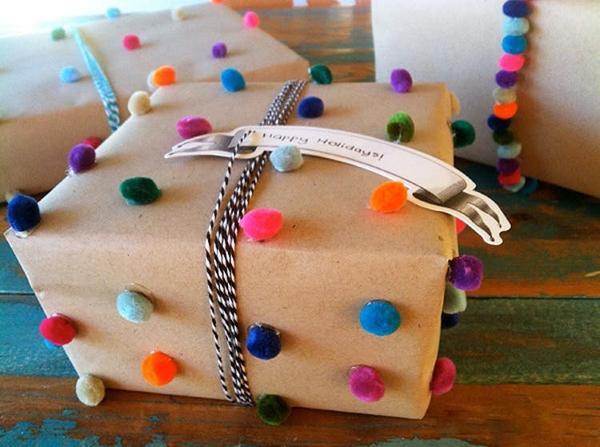 embalagem de presente com pompom