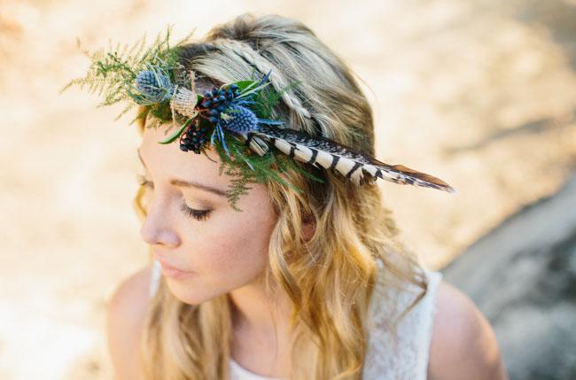 tiara com flor com penas