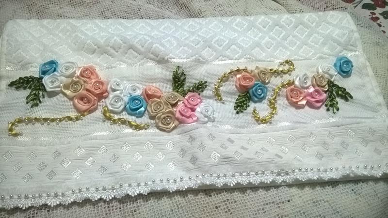 bordado com fitas em rosas