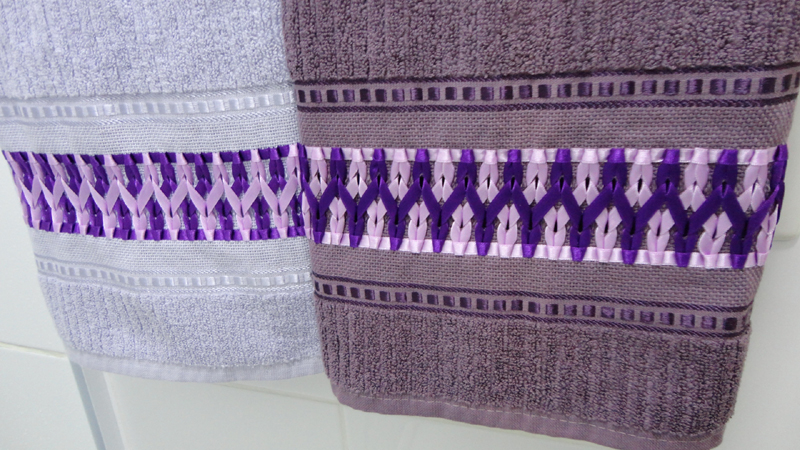 bordado com fitas em jogo de toalha