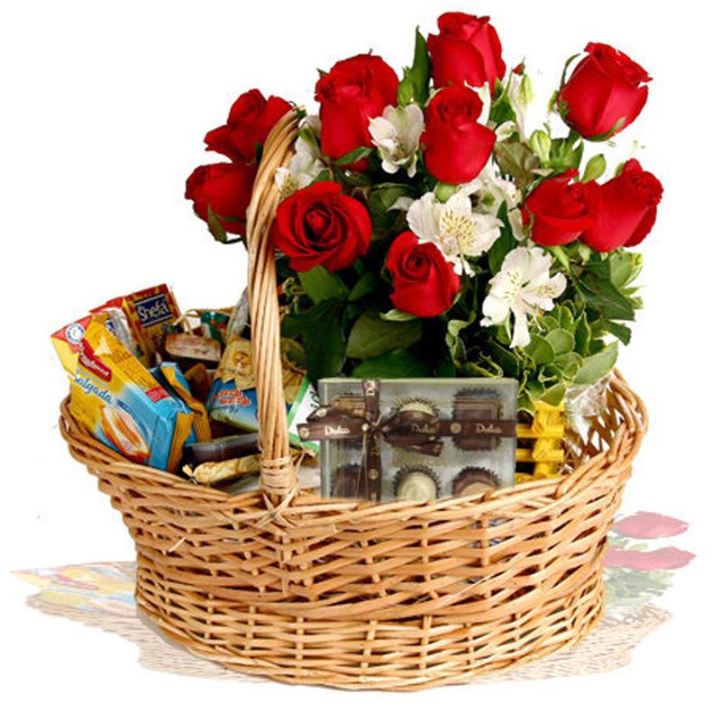 cesta de cafe da manhã com rosas