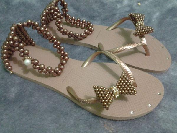 chinelos decorados com fivela