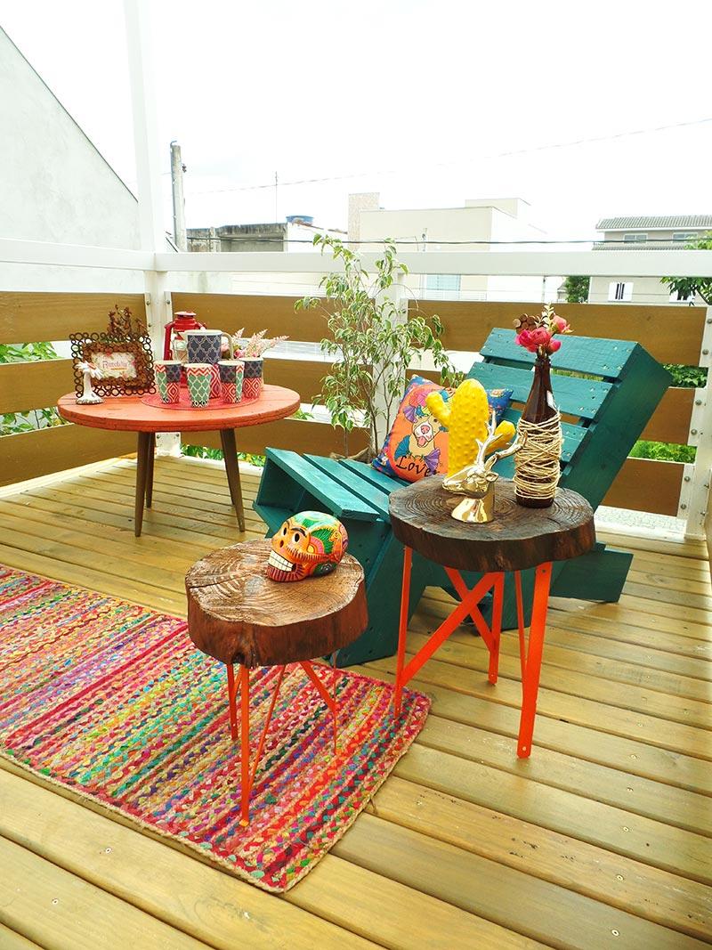 mesa com madeira colorida