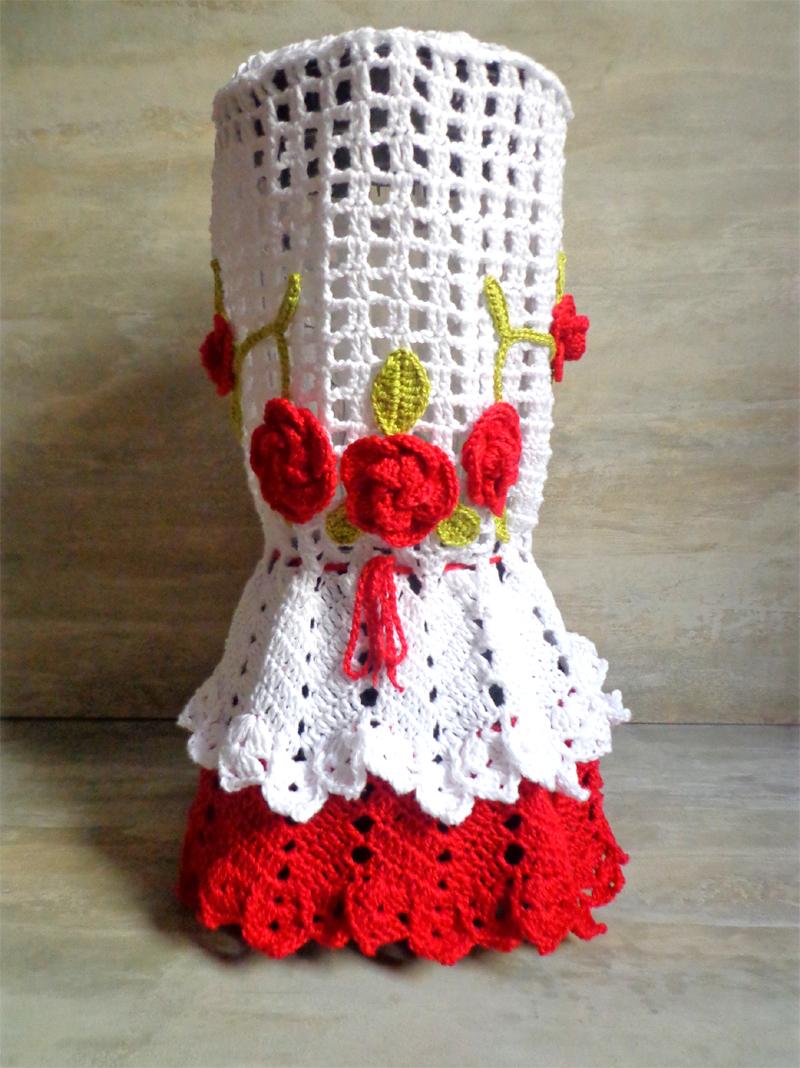 capa de crochê de liquidificador com flores vermelhas