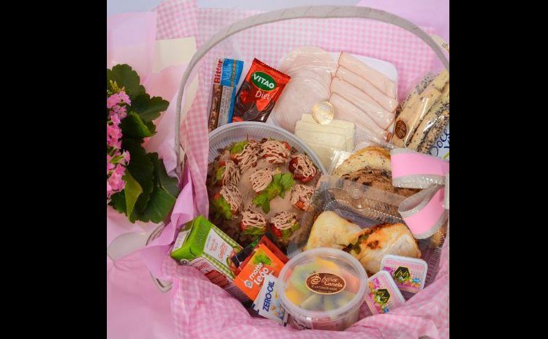 cesta de cafe da manhã com produtos