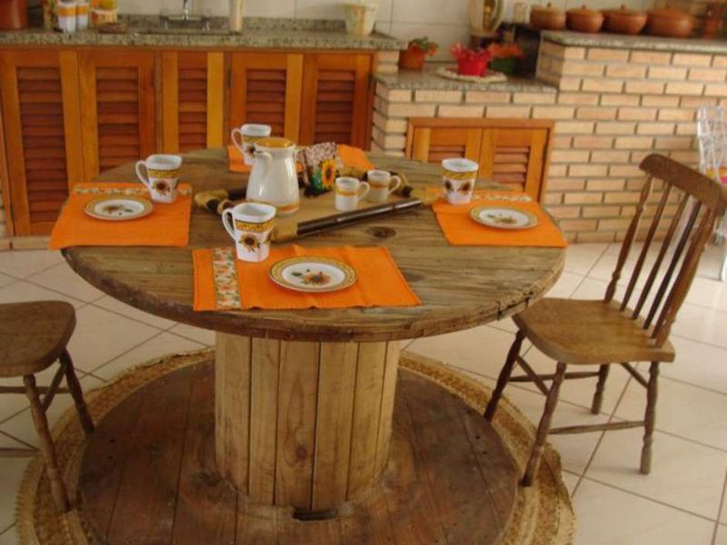 mesa com madeira de bobina