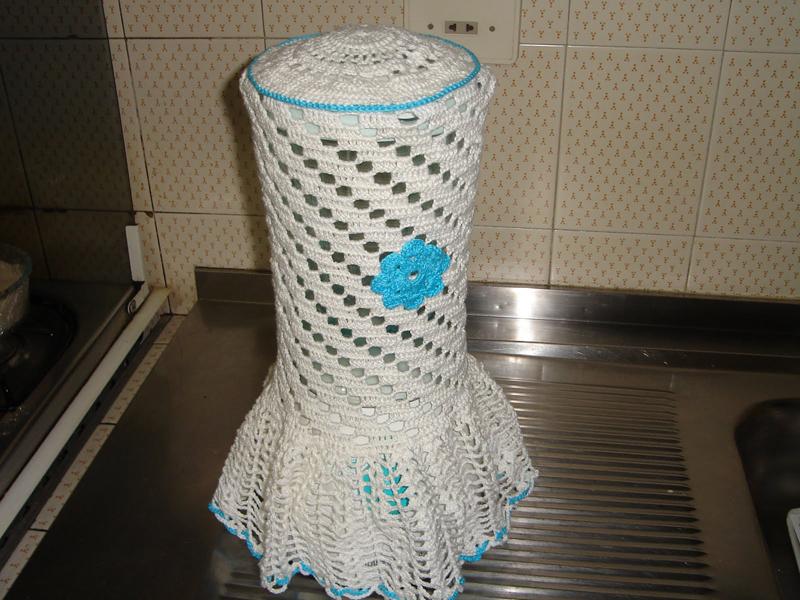 capa de crochê de liquidificador com flor azul