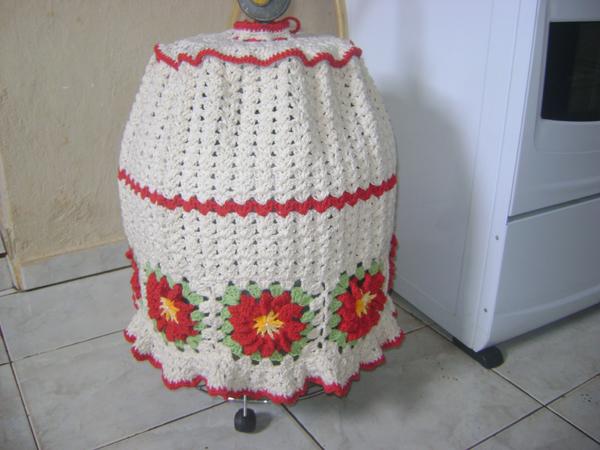 capa de bojão de crochê com flroes