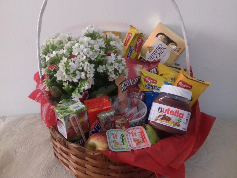 cesta de cafe da manhã com flores