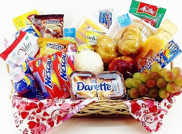 Cesta de café da manhã com frutas