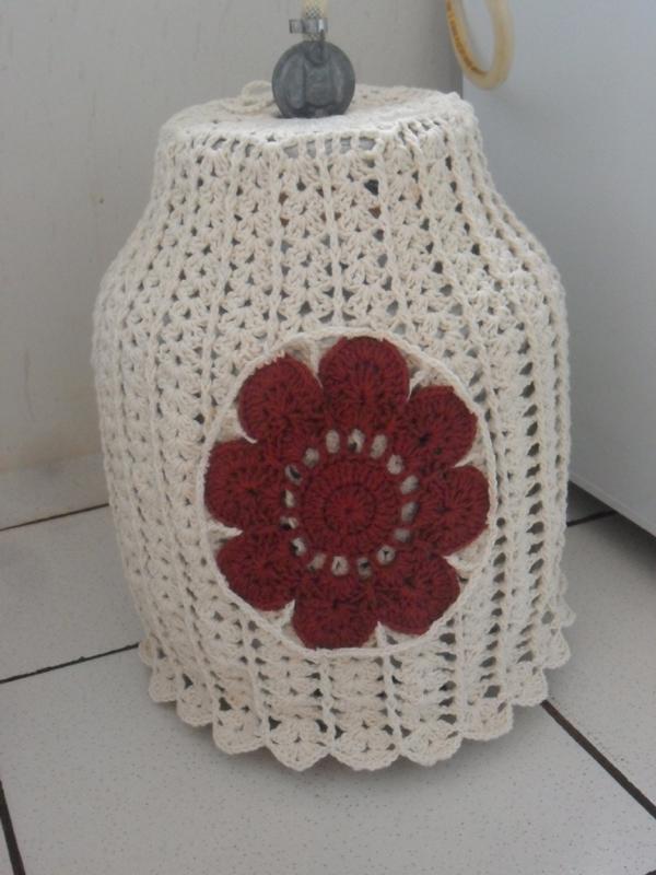 capa de bojão de crochê com aplicação de flor