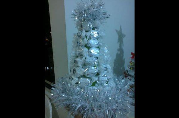 arvore de natal com balas e festão branco