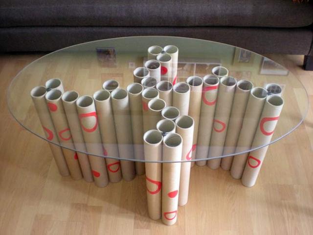 mesa com papelão tubos