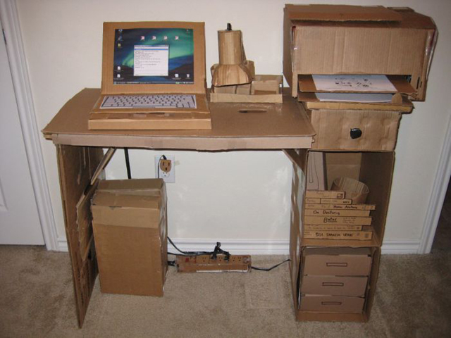 mesa com papelão escrivaninha