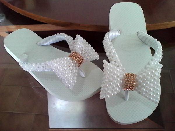 f36eff08c Assista ao vídeo do canal Elaine Santos – Artesanato faça você mesmo – DIY  e veja como fazer chinelos bordados passo a passo com pérola, ...