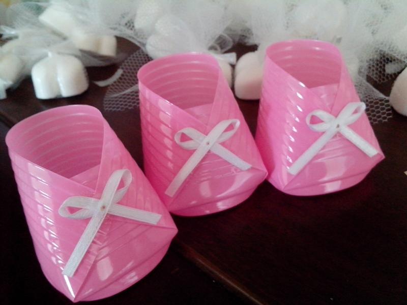 sapatinho de copo descartável rosa