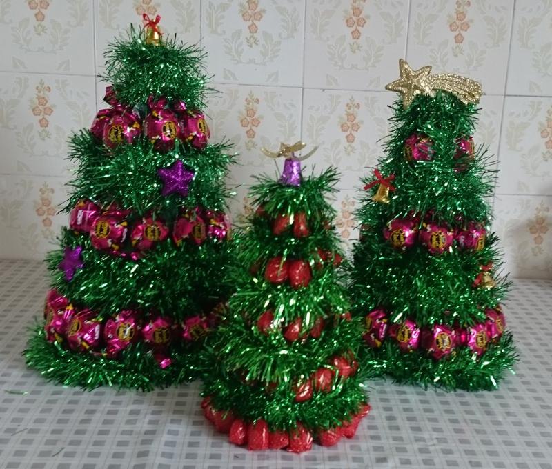 arvore natalina de bombom e festão