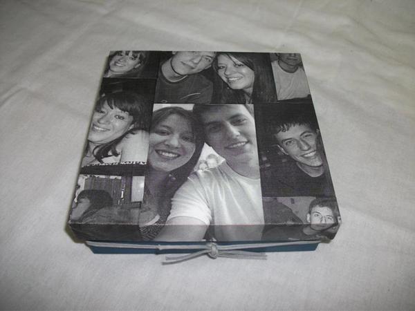 caixa  decorada com fotos com laço