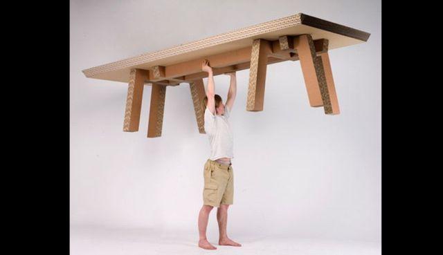 mesa com papelão grande