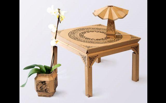 mesa com papelão pintado