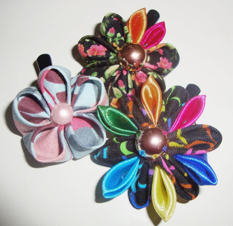 flor com tecido com contas