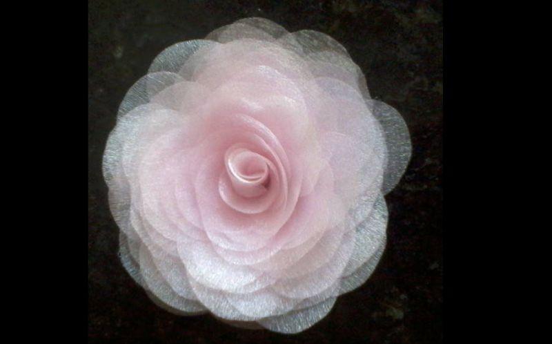 flor com tecido rosa clara