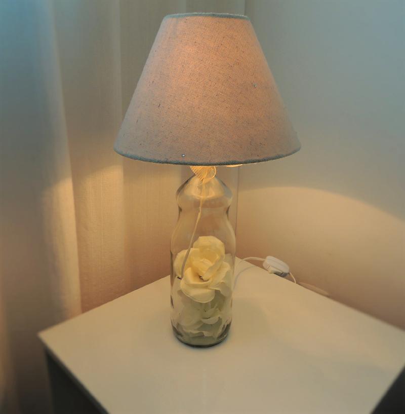 luminaria de garrafa de vidro com flor
